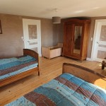 La chambre à deux lits du gîte du chevreuil